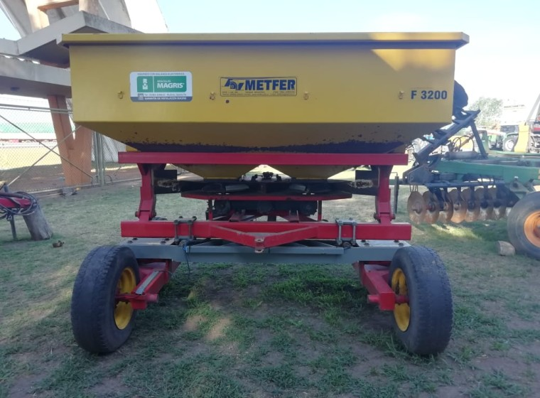 Fertilizadora Mefter F3200, año 1